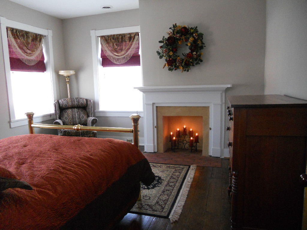 queenbed_fireplace